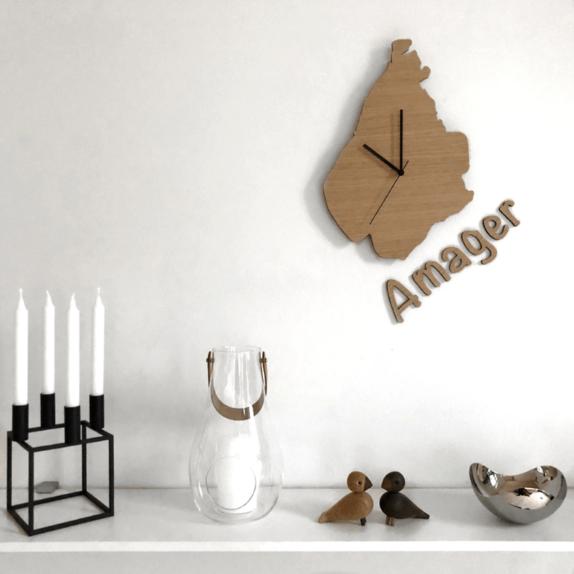 Amagerur i stuen med hylde og bogstaver