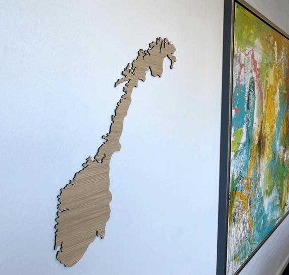Norge kort i træ på lys væg