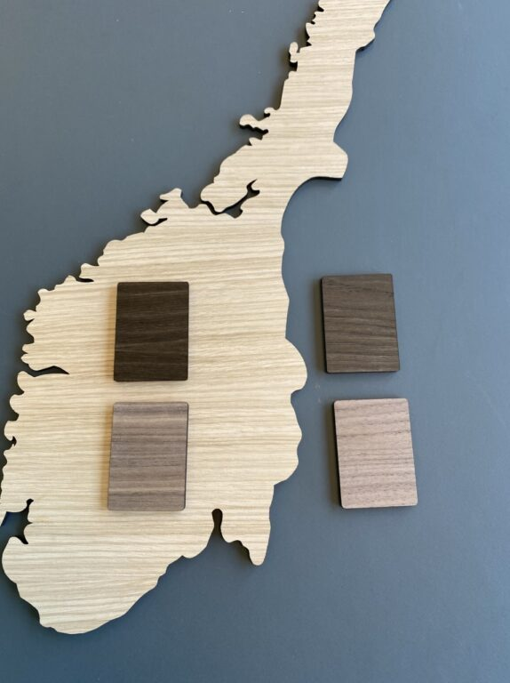 Norge kort i træ lys eg, røget eg og valnød